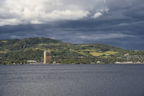 Dekonstruktive Mjøstårnet 02-07-19.jpg by Øyvind Holmstad; licensed with CC BY-SA 4.0